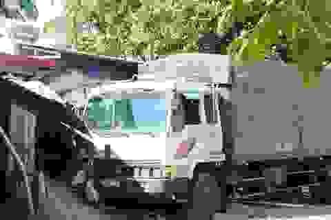 Xe tải cán nát 3 xe máy, đâm sập hiên nhà dân