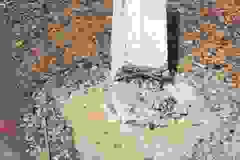 Hàng trăm cọc tiêu bê tông trên quốc lộ đổ bất thường