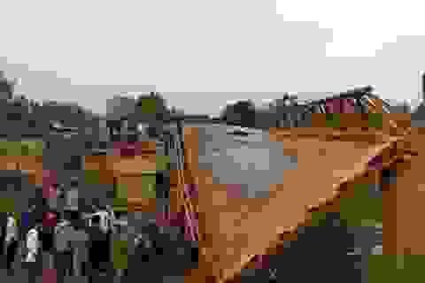 Xe tải đi qua, cả cây cầu 60m đổ sập
