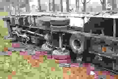 Xe tải nát bét, văng xuống mương sau cú tông trực diện