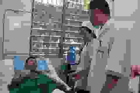 Một CSGT bị nhóm thanh niên ném đá vỡ xương bánh chè
