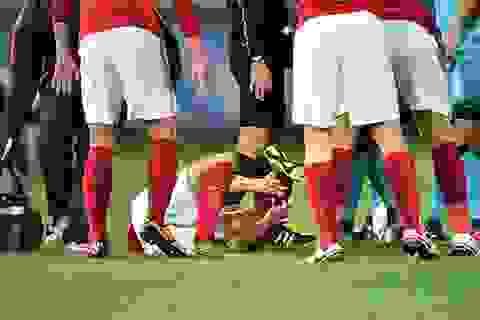 Va chạm với Daniel Alves, cầu thủ Quảng Châu gãy chân