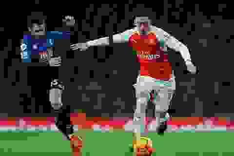Mesut Ozil phá kỷ lục kiến tạo của Henry