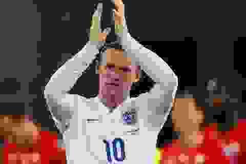 Vardy và Kane rực sáng, Rooney không lo mất suất