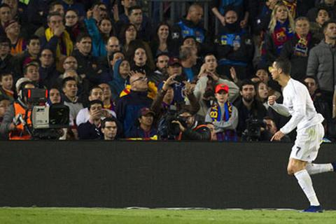 Để CĐV thóa mạ C.Ronaldo, Barcelona đối diện với án phạt nặng