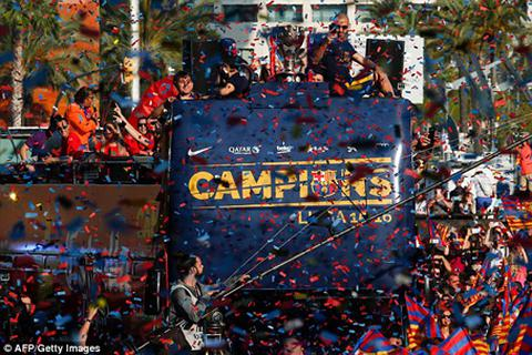 Biển người đổ ra đường ăn mừng chức vô địch của Barcelona
