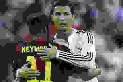 """C.Ronaldo """"cư xử đẹp"""" với Neymar sau khi Barca vô địch"""