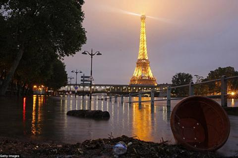 Paris hứng chịu trận lụt lịch sử trước thềm Euro 2016