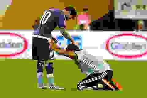 Cổ động viên cuồng nhiệt chạy vào sân quỳ lạy, tôn Messi như thánh