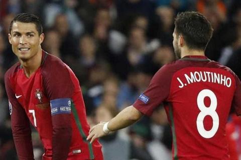 """Đồng đội từ chối đá phạt đền, C.Ronaldo """"ra tay"""""""