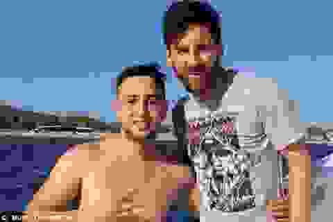 Cổ động viên cuồng nhiệt bơi… 1 km để gặp Messi