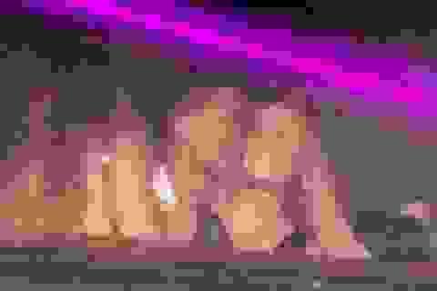 C.Ronaldo bị phát hiện ôm hôn cô gái tóc vàng lạ mặt