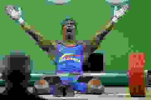 Nhà vô địch Olympic khóc nức nở, cởi giầy, giải nghệ