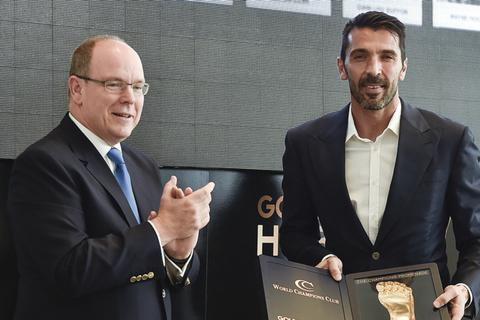 """Vượt Messi và C.Ronaldo, Buffon nhận giải """"Bàn chân vàng"""""""