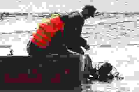 Công binh Việt Nam trình diễn rà phá bom mìn dưới nước