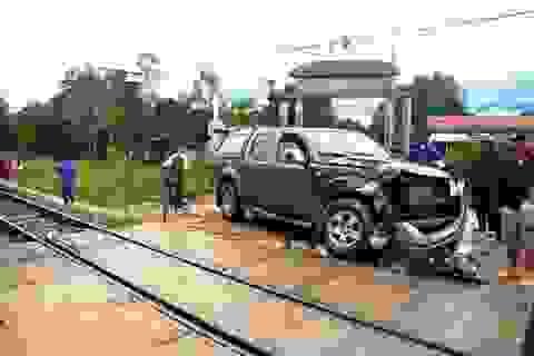 """Ô tô """"trêu ngươi"""" tàu hỏa, 5 người lao khỏi xe thoát chết"""