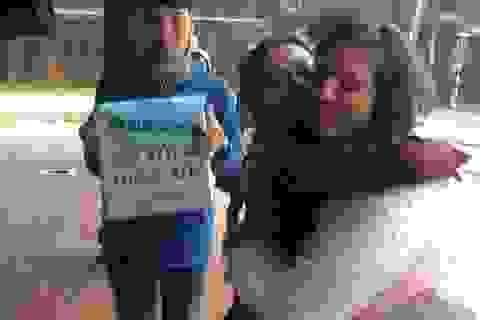 """""""Ôm tôi đi"""" của giới trẻ Huế vì trẻ em nghèo ngày lạnh, dịp Tết"""