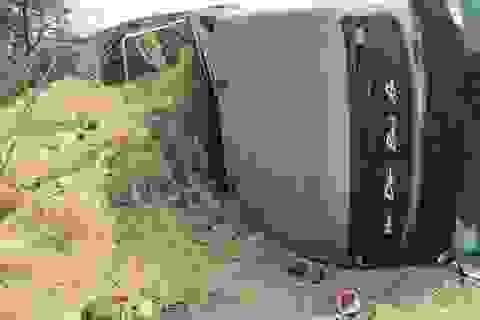 Tài xế buồn ngủ, xe chở 20 tấn dưa lao xuống ruộng