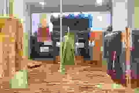 Thú vị áo dài cung đình Huế xưa sắp đặt trên nền nhà từ đòn gánh tre