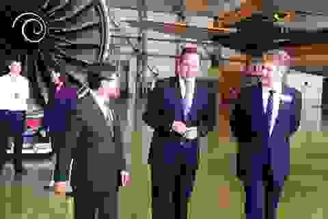 Thủ tướng Anh David Cameron tham quan máy bay A350 của Việt Nam