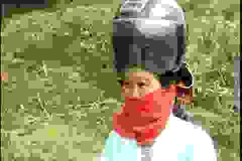"""""""Nóng"""" tranh luận về mũ bảo hiểm dành riêng cho phụ nữ người dân tộc"""