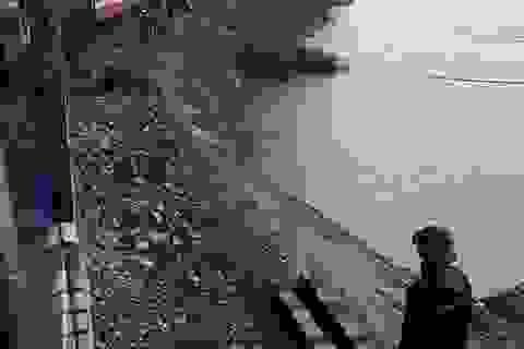 Hơn 20 chuyến tàu mắc kẹt, hàng ngàn ngôi nhà ngập sâu trong nước