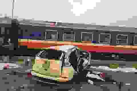 Vụ tàu đâm ô tô, 6 người chết: Do tài xế xe con không chú ý