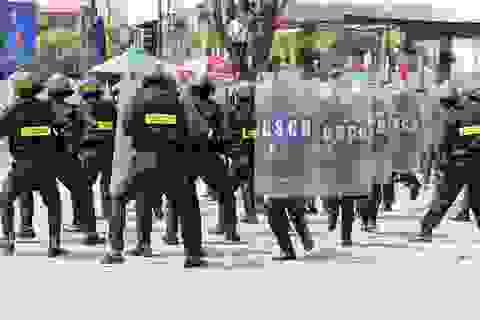 Xem hàng trăm cảnh sát khống chế bạo động, bắt băng cướp taxi