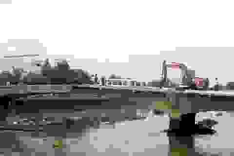 Một người rơi xuống sông mất tích khi tháo dỡ cầu 100 tuổi
