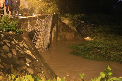 Suốt đêm giăng lưới tìm kiếm bé trai bị nước cuốn xuống cống