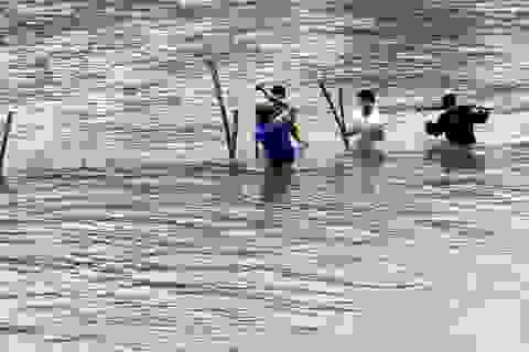 Đang tìm kiếm cháu bé bị lũ cuốn trôi dưới suối