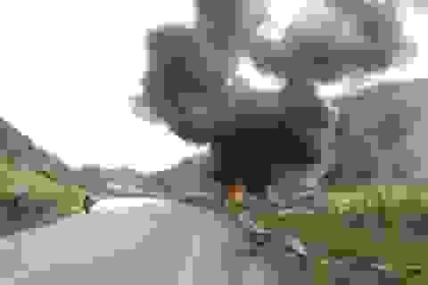 Xe đầu kéo bốc cháy dữ dội sau khi rơi xuống đường tàu