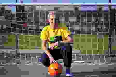 Nữ cầu thủ Man City xin lỗi vì khoe ảnh chụp cùng Van Gaal