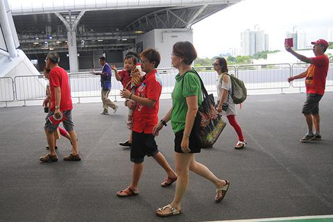 Người hâm mộ sớm tới sân để theo dõi lễ khai mạc SEA Games
