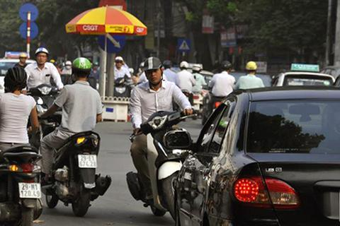"""Hà Nội: Hàng loạt phương tiện """"rủ nhau"""" đi vào đường cấm"""