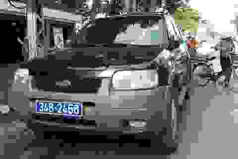 Hà Nội: Đi vào đường cấm, tài xế xe biển xanh cố thủ trên xe