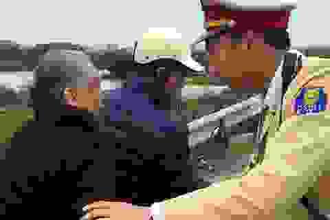 CSGT Hà Nội tìm người thân giúp cụ già 74 tuổi bị ngã khi đi lạc