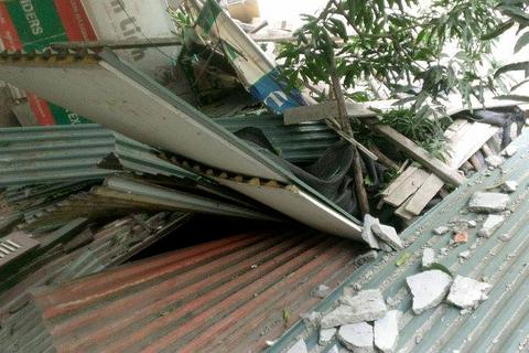 Đình chỉ công trình xây dựng để rơi bê tông vào nhà dân