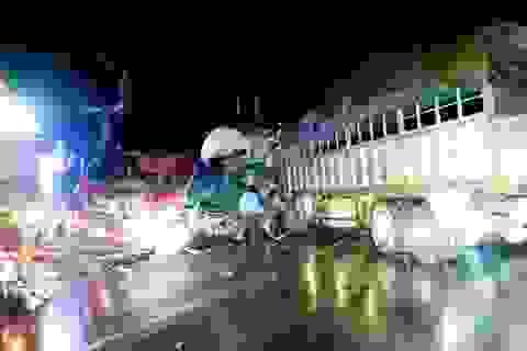 Hà Nội: Hai ô tô nát bét đầu sau cú va chạm lúc nửa đêm