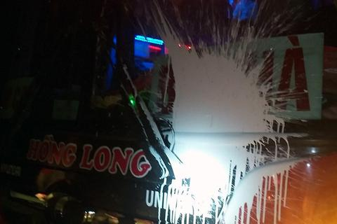 """Xe khách liên tục bị ném """"bom sơn"""" trên cao tốc Nội Bài - Lào Cai"""