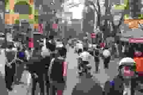Cảnh sát nổ súng chỉ thiên giải tán đám đông ở Hà Nội