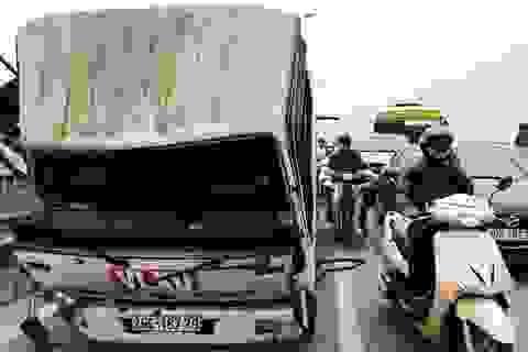 Hà Nội: Xe tải ủi bay hàng chục mét lan can cầu Vĩnh Tuy
