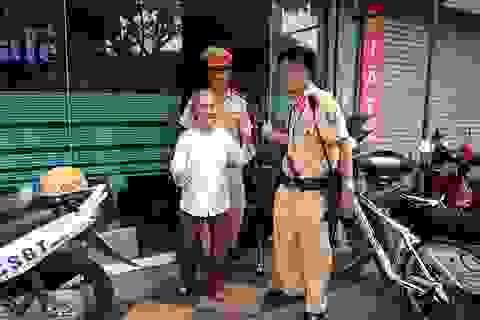 Hà Nội: CSGT giúp đỡ cụ già bị lạc khi đi chợ