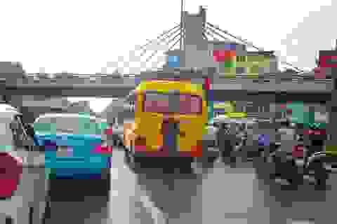 Hà Nội: Người đàn ông thản nhiên tè bậy giữa đường khi chờ đèn đỏ