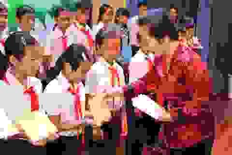 Phó Chủ tịch nước trao 120 suất học bổng đến trẻ em nghèo