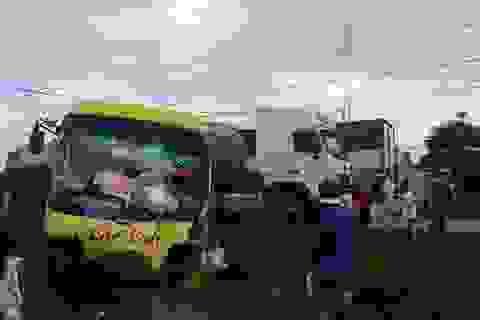 Xe tải tông xe khách văng ra rẫy,  hành khách may mắn thoát chết
