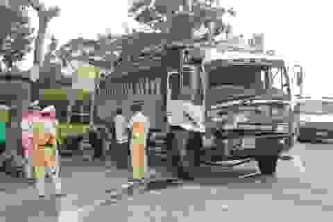 Đầu xe tải nát bét sau khi va chạm với xe container