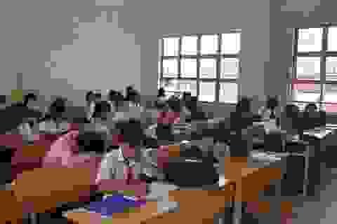 """Hơn 400 học sinh và giáo viên bị mùi mủ cao su """"tra tấn"""""""