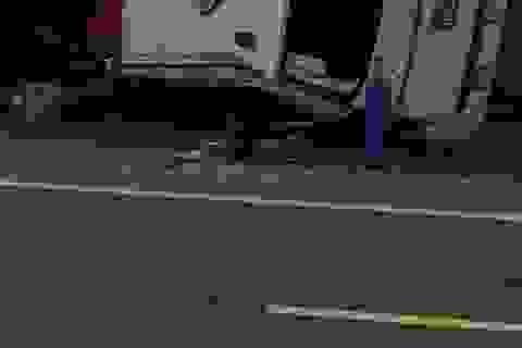 Lật xe cứu thương, 6 người thương vong