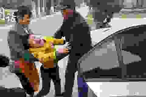 Bé trai 7 tuổi gào khóc cầu xin mẹ đừng đi làm sau nghỉ Tết